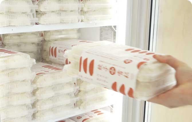 1 冷凍庫から餃子の袋を取り出してください。1袋36個入りで1,000円です。